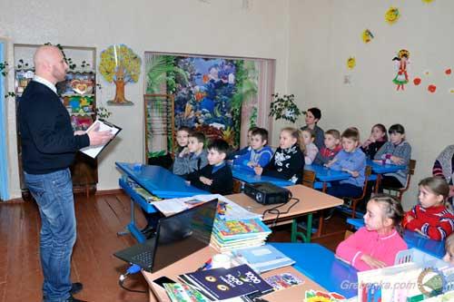 Школярам Гребінківщинироздали флікери для їхбезпеки на дорогах