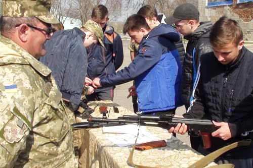 Для допризовної молоді Гребінківщини організували стрільби та практичні заняття