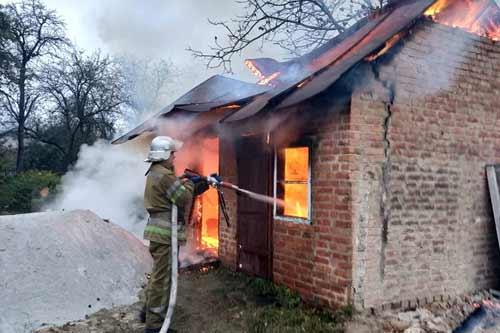 На території приватного домоволодіння у Лубнах бійці ДСНС гасили пожежу