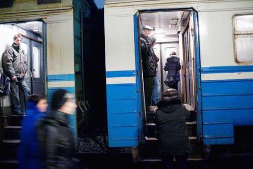 Пасажир електропоїзда Борщагівка - Гребінка під час руху транспорту випав з вагона через вікно та помер