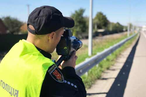 За перевищення швидкості з 15 жовтня патрульні Полтавщини почнуть штрафувати водіїв
