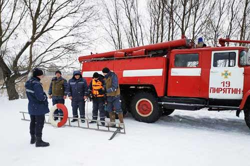 Пирятинські рятувальники провели навчання щодо способів порятунку на льоду