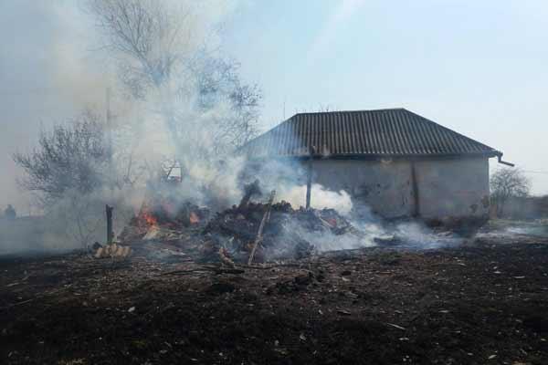На Полтавщині пенсіонерка під час спалювання сміття отримала опіки рук та спалила господарчу споруду