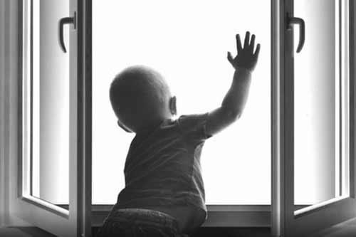 На Полтавщині п'ятирічна дитина випала з вікна: стан важкий