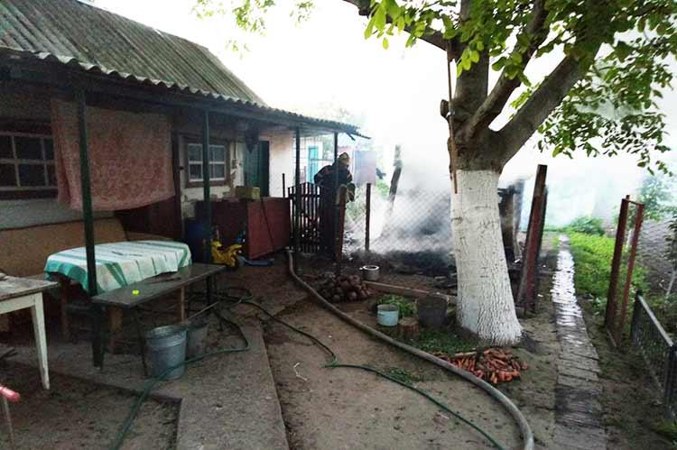 У Гребінці пожежа знищила господарчий будинок