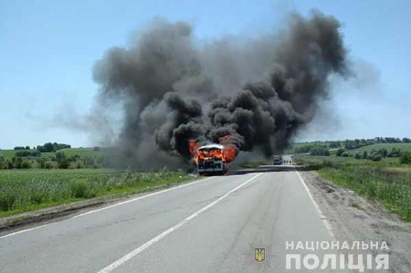 На Полтавщині під час руху загорівся автобус
