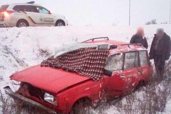 На Полтавщині автомобіль водій розмовляв з пасажирами і злетів в кювет
