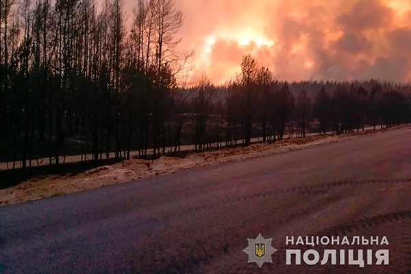 Поліцейські з Полтавщини допомагають в евакуації людей із зони масштабної пожежі на Луганщині